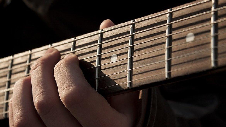 למה עדיף לקחת שיעורים פרטיים לגיטרה עם מורה?